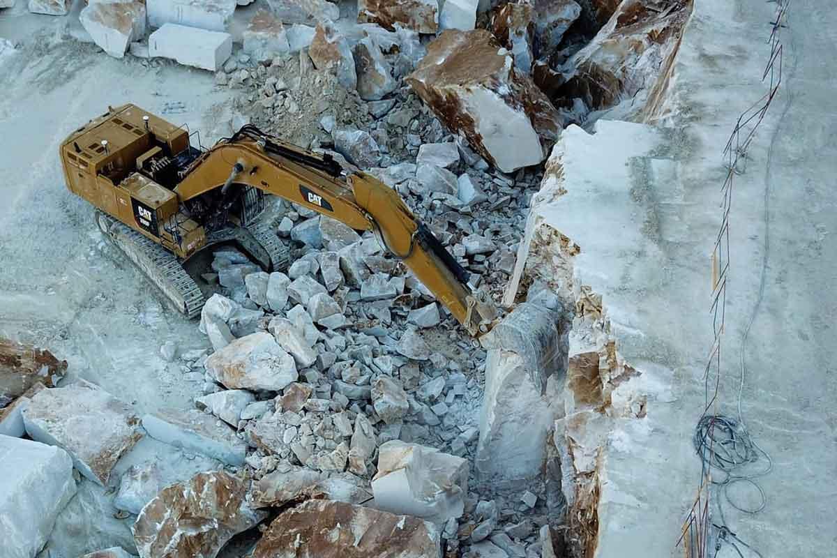 Ruspa nelle Cave di Marmo di Carrara